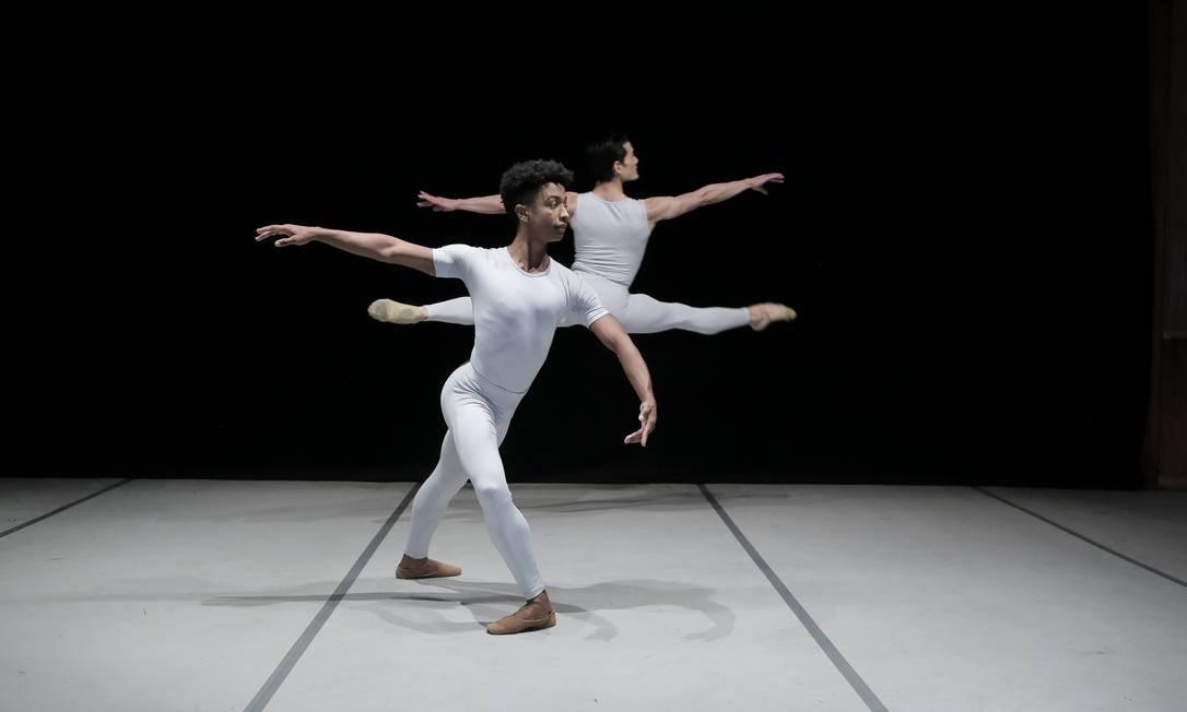 Hiago Castro e Yoshi Suzuki em 'Rococo Variations', work in progress ensaiada à distância Foto: Charles Lima