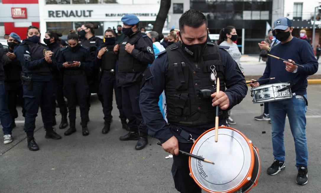 Grupo de policiais protesta em frente à residência oficial de Olivos, em Buenos Aires Foto: AGUSTIN MARCARIAN / REUTERS