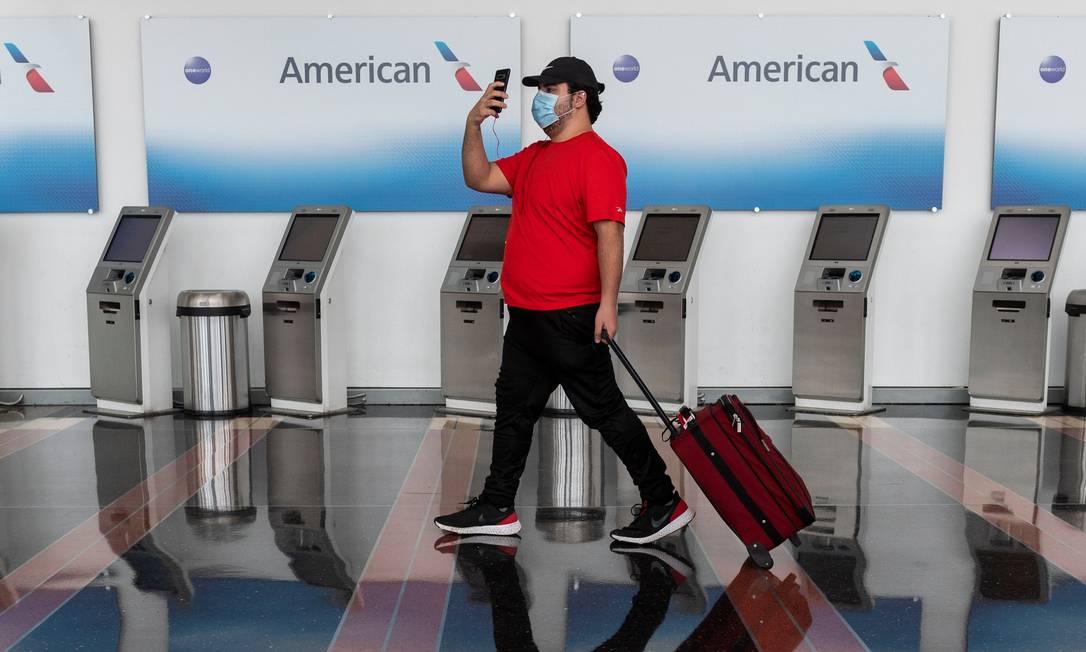 Passageiro caminha pelo aeroporto Ronald Reagan Washington National, em Arlington, Virgínia Foto: ANDREW CABALLERO-REYNOLDS / AFP