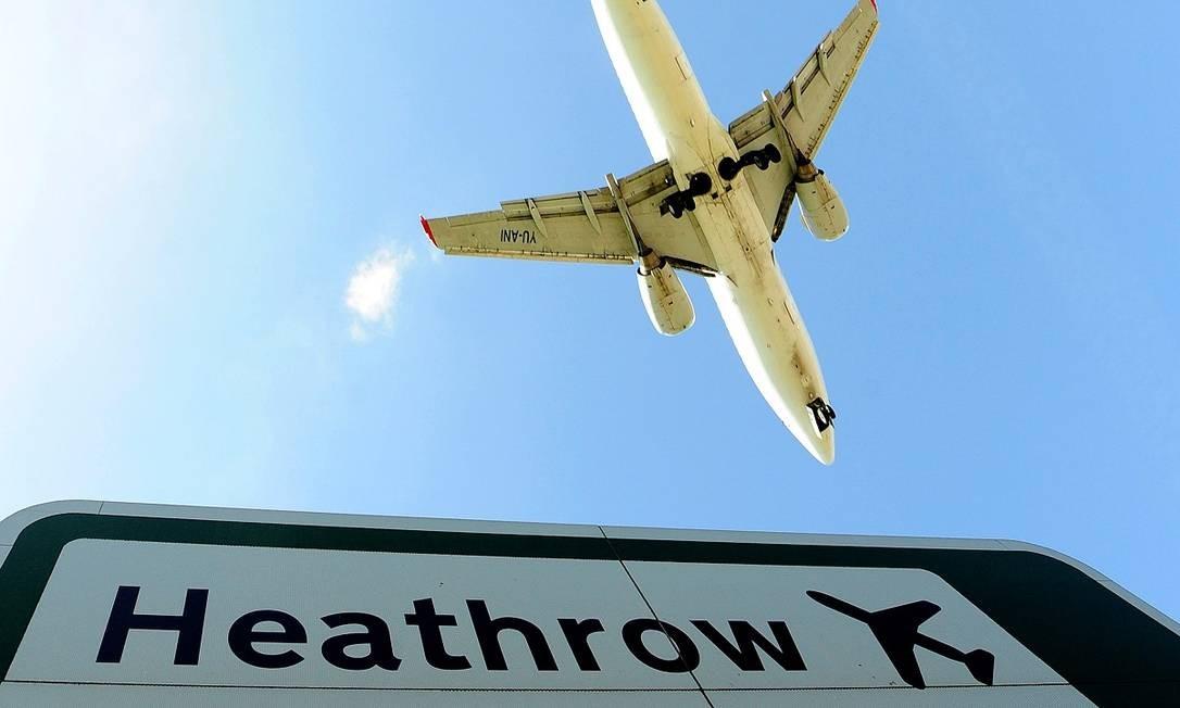 Um avião se aproxima para aterrissagem no aeroporto de Heathrow, em Londres Foto: Toby Melville / Reuters