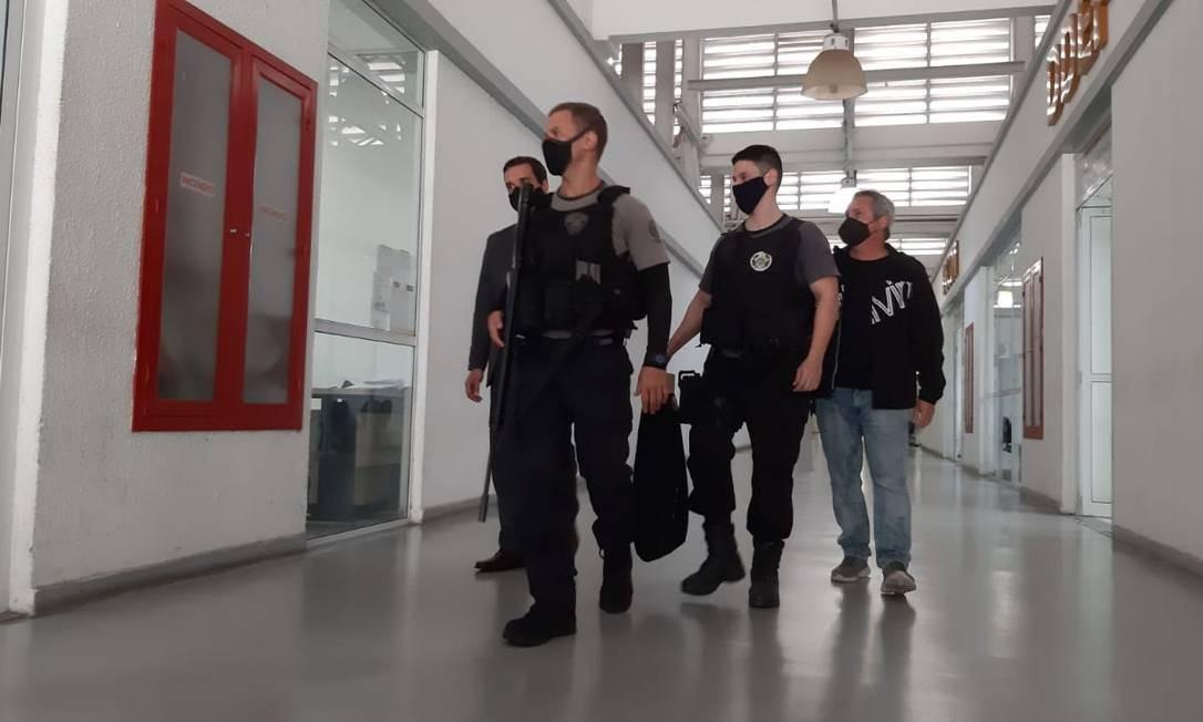 Agentes chegam com malote de documentos apreendidos durante a operação do MPRJ e da Polícia Civil Foto: Diego Amorim / Agência O Globo