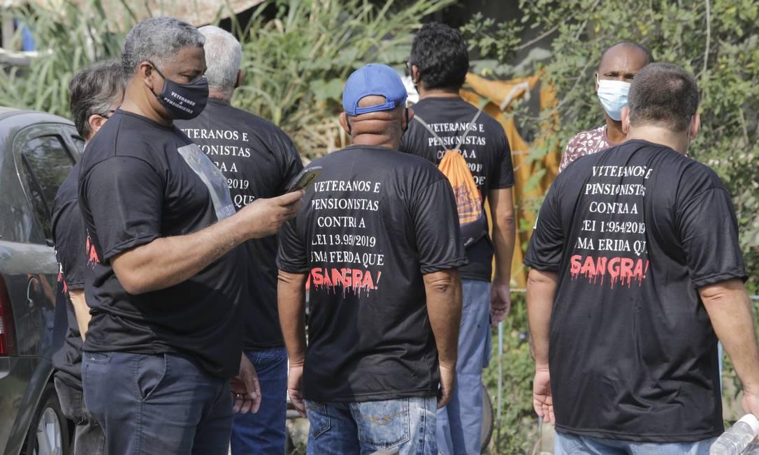 Manifestantes se reúnem na entrada do evento no Marinha na manhã desta quinta-feira Foto: Antonio Scorza / Agência O Globo