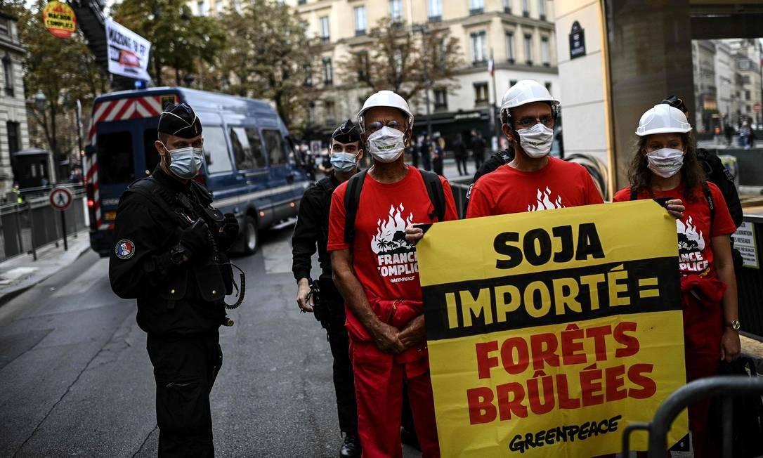 """""""Importação de soja = florestas queimadas"""", diz o cartaz Foto: CHRISTOPHE ARCHAMBAULT / AFP"""