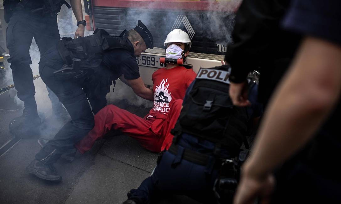 Polícia detém ativista do Greenpeace que se acorrentou em caminhão dos bombeiros Foto: CHRISTOPHE ARCHAMBAULT / AFP