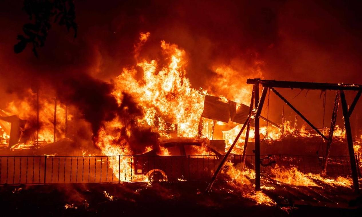 Uma casa é completamente destruída pelas chamas do incêndio que atinge área próxima ao condado de Butte, na Califórnia Foto: JOSH EDELSON / AFP