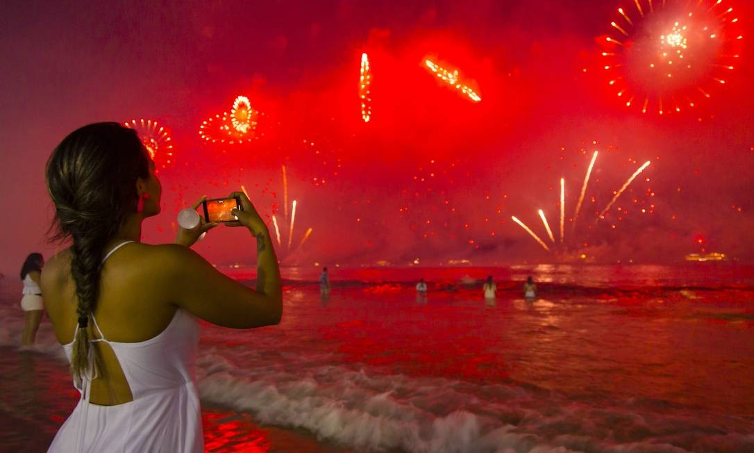 Queima de fogos em Copacabana, na Zona Sul do Rio, na virada de 2019 para 2020 Foto: Leo Martins / O Globo - 01.01.2020