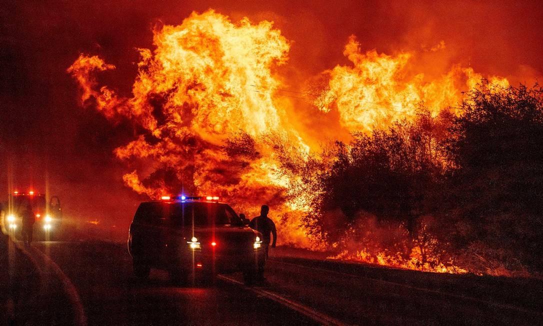 Um policial observa se espalhando em Oroville, Califórnia Foto: JOSH EDELSON / AFP