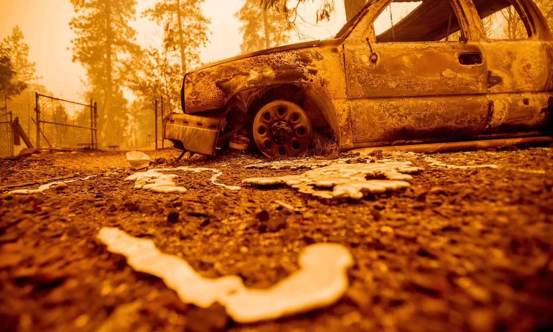 Metal derretido de veículo carbonoizado por incêndio, no condado de Butte, na Califórnia Foto: JOSH EDELSON / AFP