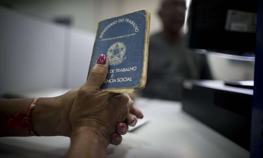 Trabalhadora segura carteira de trabalho em agência no INSS no Rio Foto: Márcia Foletto / Agência O Globo