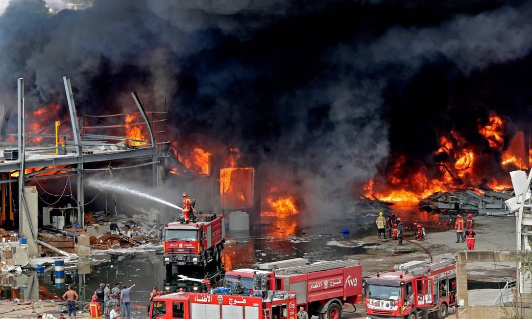 Novo incêndio na zona portuária de Beirute tem como causa um estoque de óleo e pneus que pegou fogo no local, segundo uma fonte das Forças Armadas do país Foto: ANWAR AMRO / AFP