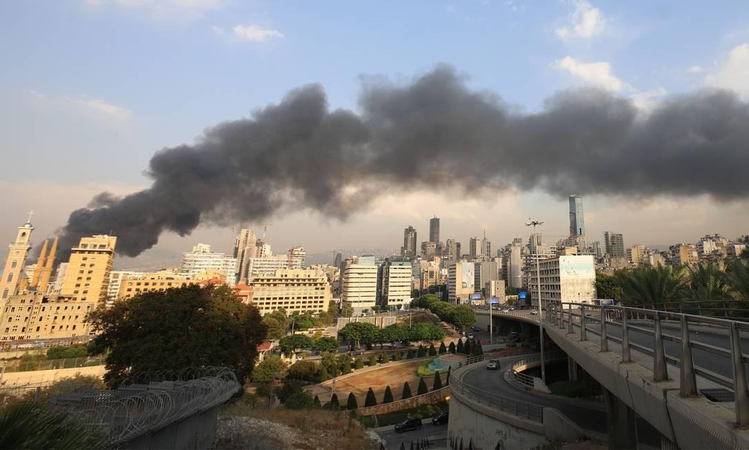 Incêndio de grandes proporções atingiu a zona portuária de Beirute, no Líbano, nesta quinta-feira, pouco mais de um mês depois da explosão, em 4 de agosto Foto: ANWAR AMRO / AFP