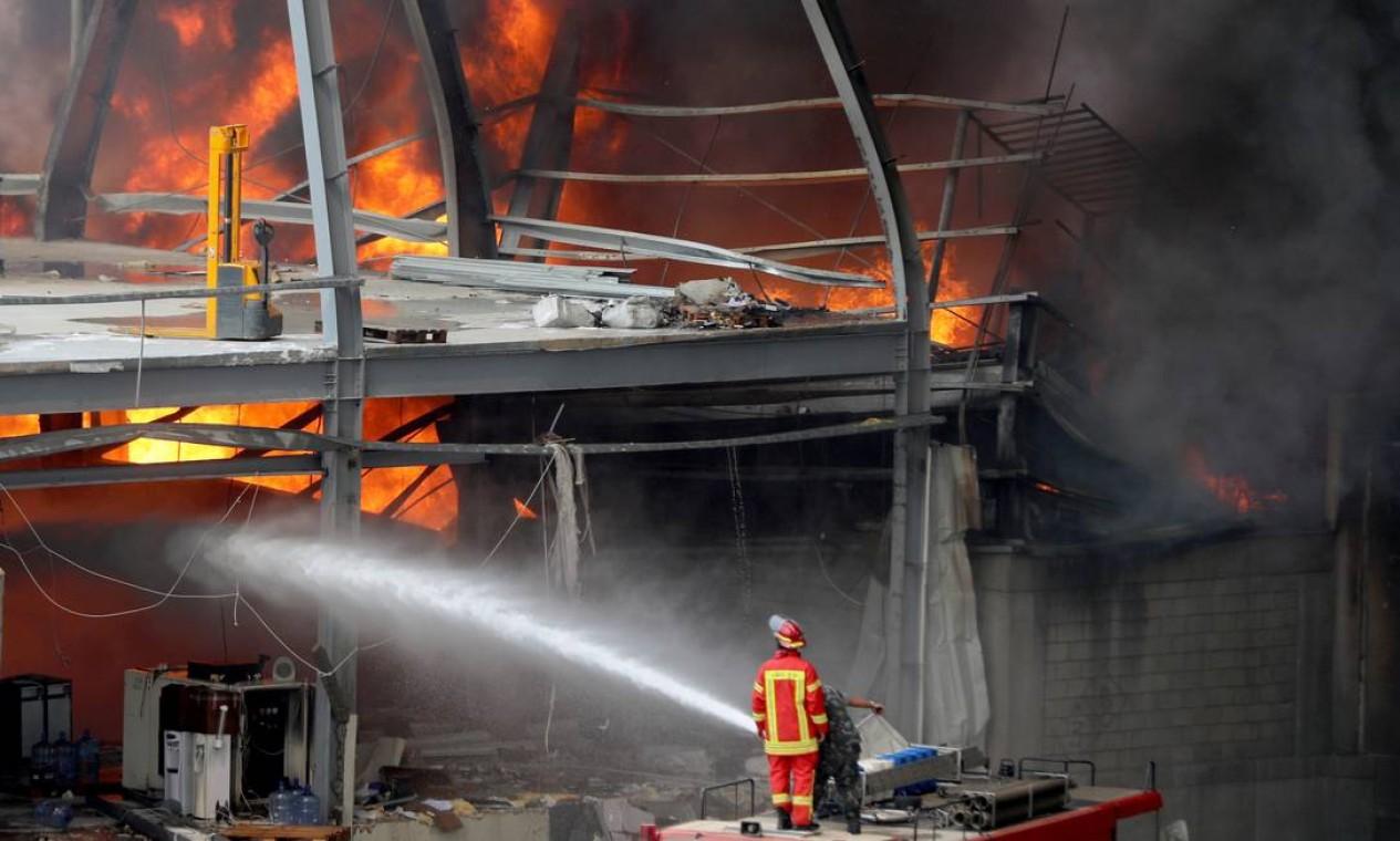 Bombeiros combatem chamas de um incêndio na área portuária de Beirute, Líbano Foto: MOHAMED AZAKIR / REUTERS