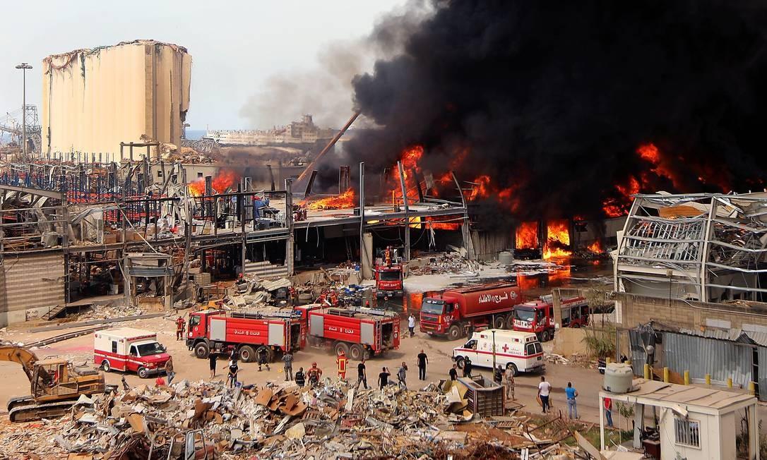 Bombeiros libaneses tentam apagar incêndio que atingiu a área portuária de Beirute, nesta quinta-feira (10). Uma grande nuvem de fumaça se formou no céu da capital libanesa pouco mais de um mês depois da explosão que devastou parte da cidade, deixando ao menos 190 mortos Foto: ANWAR AMRO / AFP