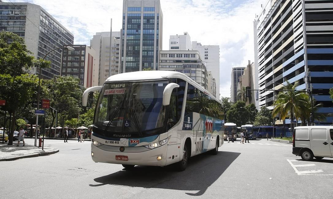 Ônibus da 1001 no Centro do Rio: joint-venture. Foto: Fábio Guimarães / Agência O Globo