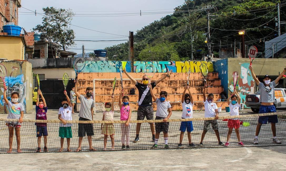 Alunos e professores numa pausa de aula de tênis da Ace Projects. Foto: Divulgação