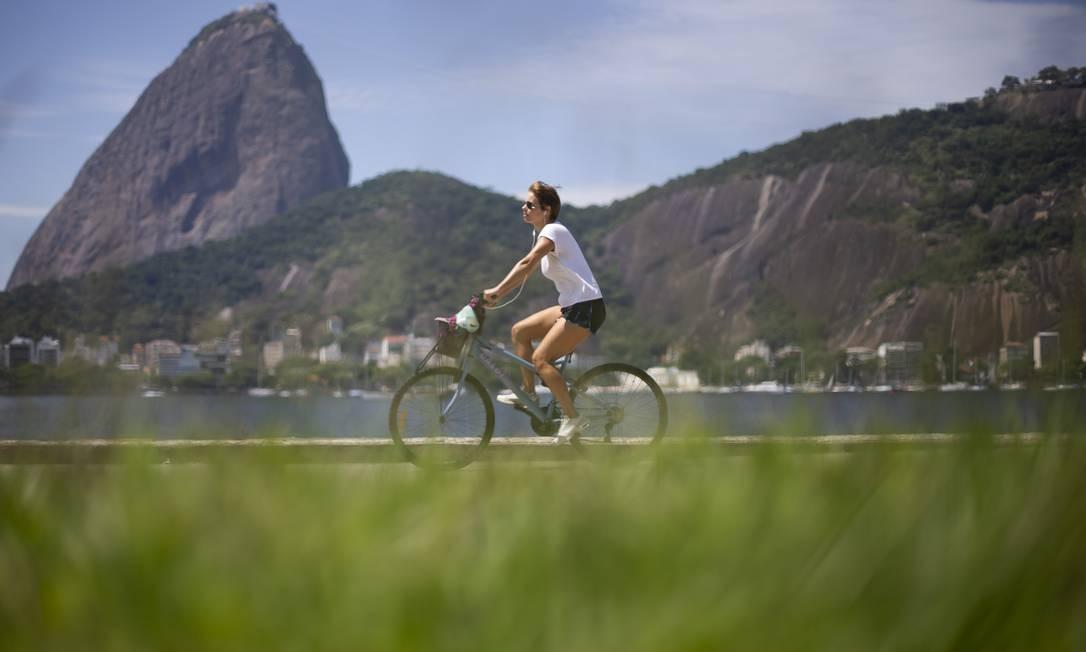 Ciclista em momento de lazer no Rio de Janeiro durante a pandemia Foto: Bruna Prado / Getty Images