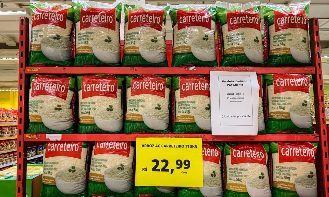 Arroz com estoque baixo: estoques públicos de alimentos estão em níveis baixíssimos, no caso do arroz, apenas cerca de 21 mil toneladas atualmente. Preço do produto teve alta de 15,69% no ano até julho Foto: Brenno Carvalho / Agência O Globo