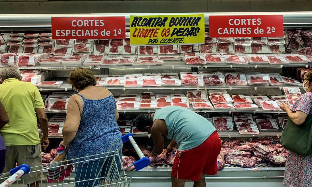 Carne foi limitada a três peças por cliente em supermercado de Irajá. Produto ganhou competitividade de exportação, gerando aumento da demanda internacional, como da China Foto: Brenno Carvalho / Agência O Globo