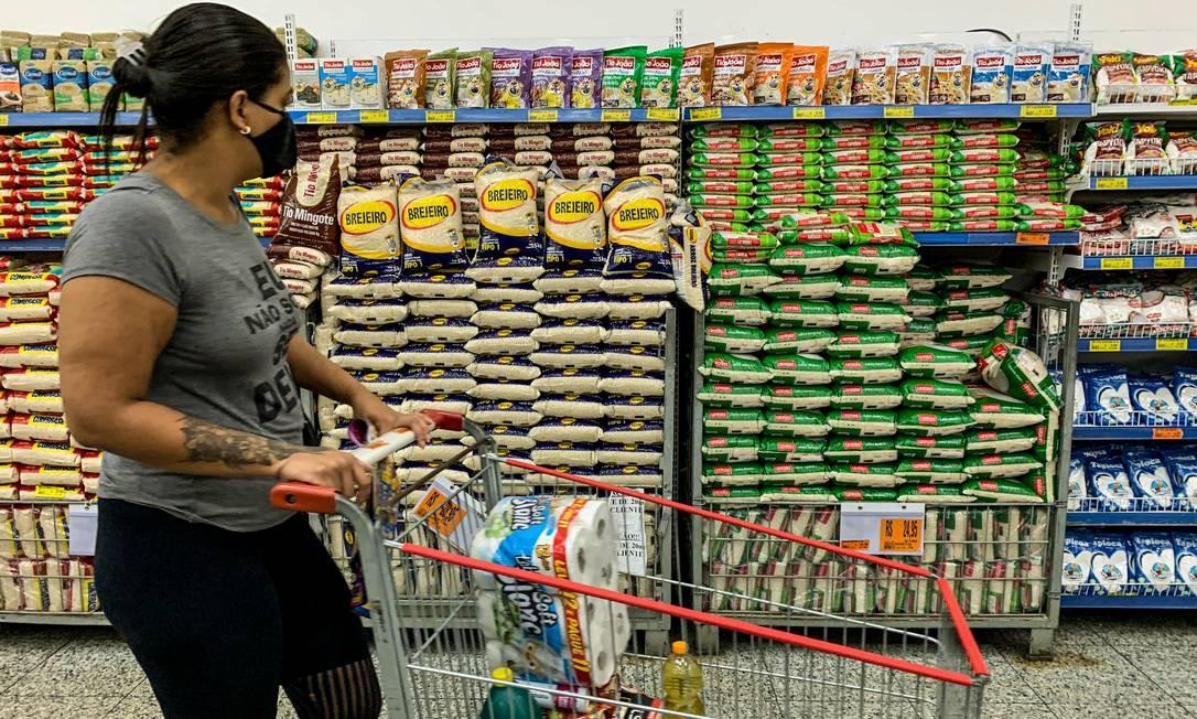 Arroz, leite longa vida e óleo de soja já acumulam aumento de preço de cerca de 20% este ano, segundo dados divulgados na quarta-feira pelo IBGE Foto: Brenno Carvalho / Agência O Globo