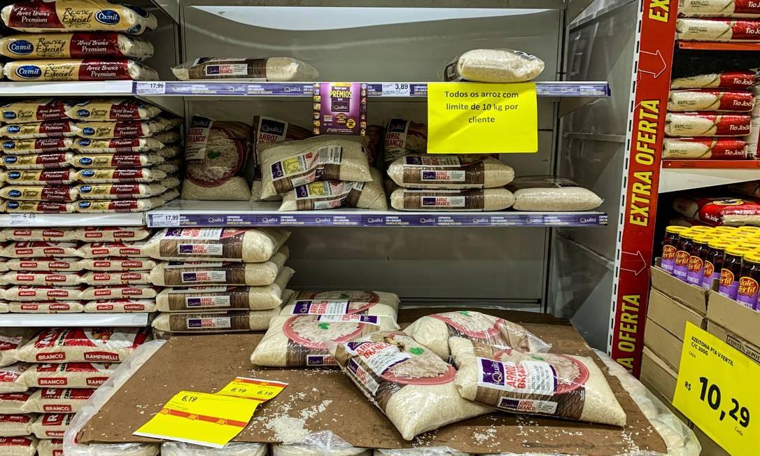 A alta no preço dos alimentos pesa diretamente no bolso do consumidor. Esperança é de que redução da tarifa de importação do arroz surta efeitos de curto prazo, fazendo preços caírem Foto: Brenno Carvalho / Agência O Globo