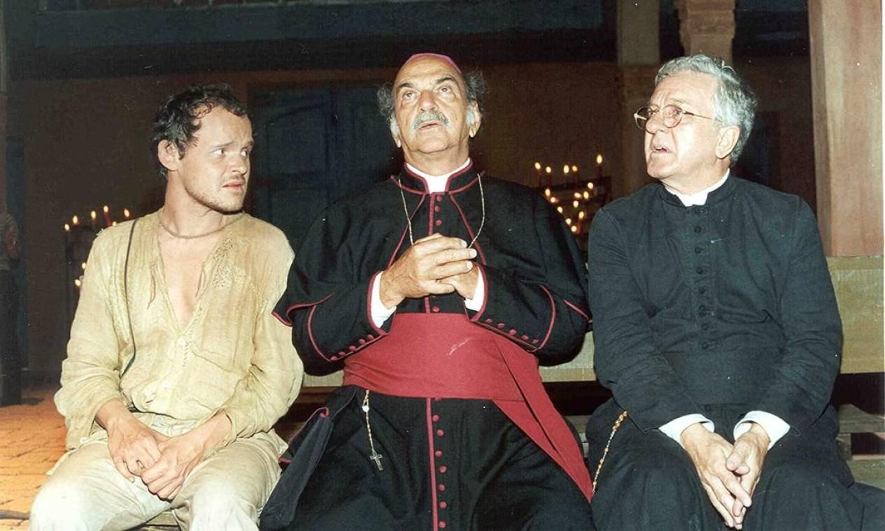 João Grilo ao lado do Bispo (Lima Duarte) e do padre João (Rogério Cardoso), religiosos que visavam lucro com as atividades da paróquia Foto: Divulgação