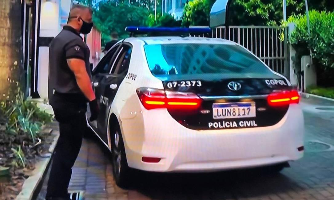 Carro da Polícia Civil em frente ao prédio de Pedro Fernandes Foto: Reprodução TV Globo