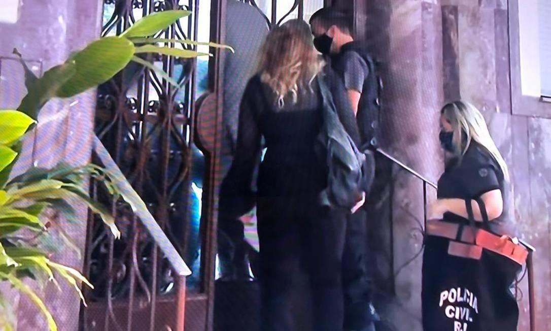 Policiais vão ao prédio onde mora Cristiane Brasil para prendê-la, mas não a encontram Foto: Reprodução TV Globo