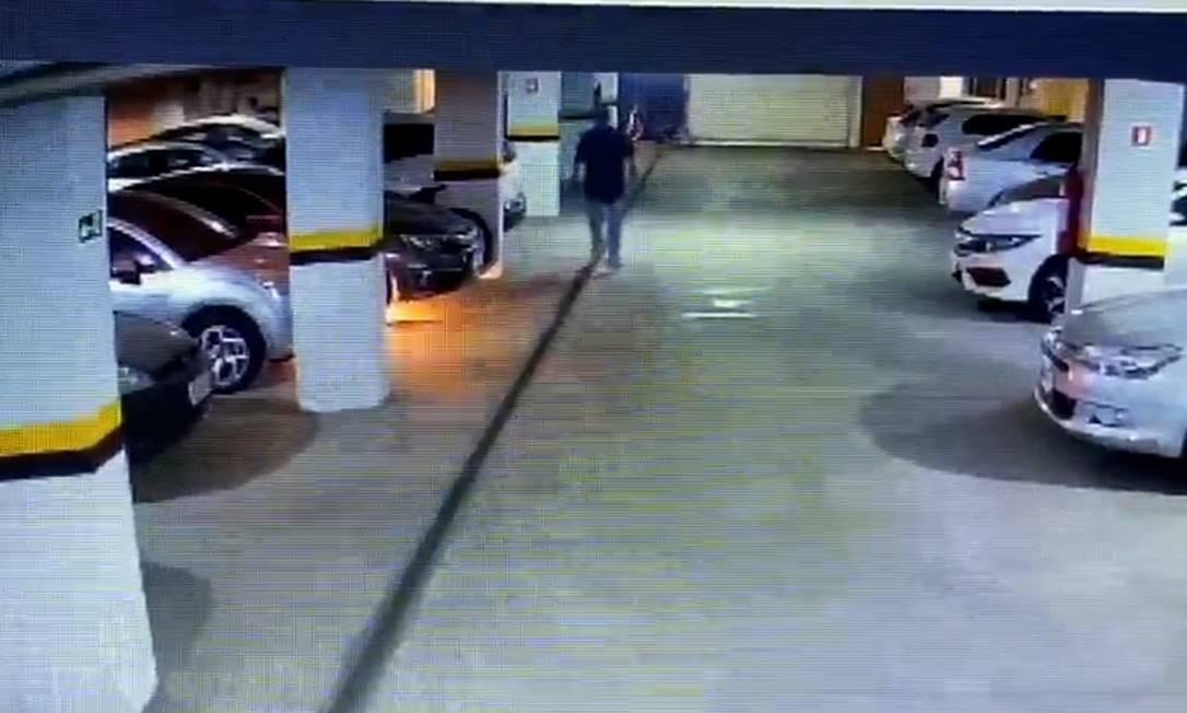 Imagens mostram Álvaro Antônio de Figueiredo entrando na garagem subterrânea e caminhando em direção ao Honda Civic Foto: Reprodução