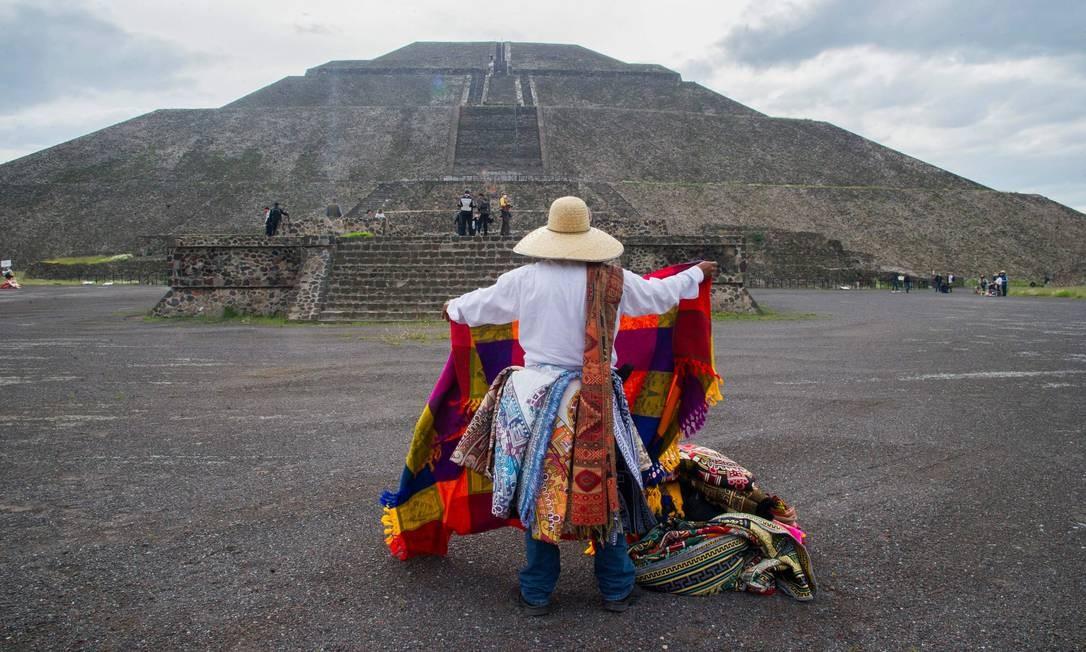 Uma vendedora de artesanato expõe seus produtos no sítio arqueológico de Teotihuacán, uma das principais atrações turísticas do México, durante sua reabertura Foto: CLAUDIO CRUZ / AFP
