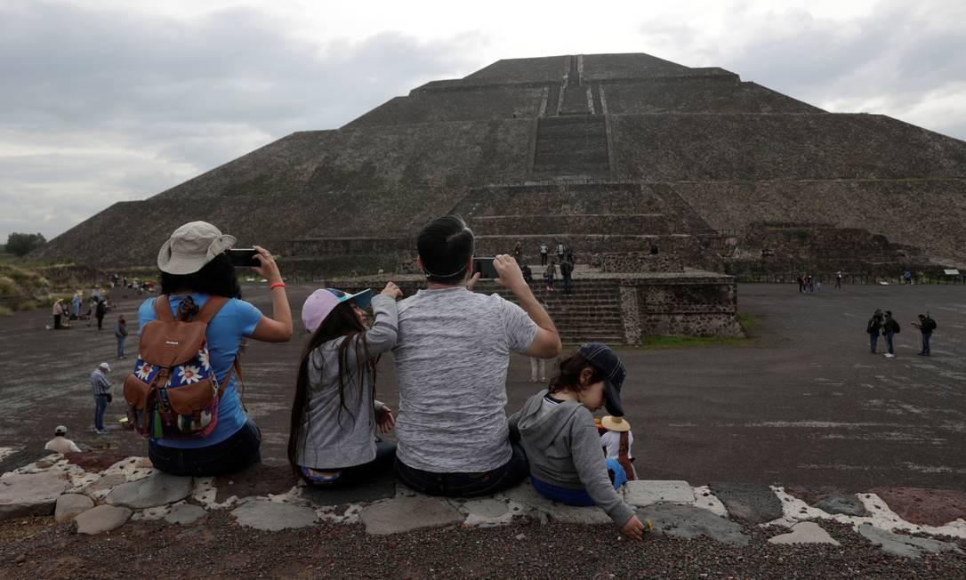 Uma família tira fotos enquanto visitam as ruínas de Teotihuacán. Cidade foi uma das maiores pré-hispânicas da Mesoamérica Foto: HENRY ROMERO / REUTERS