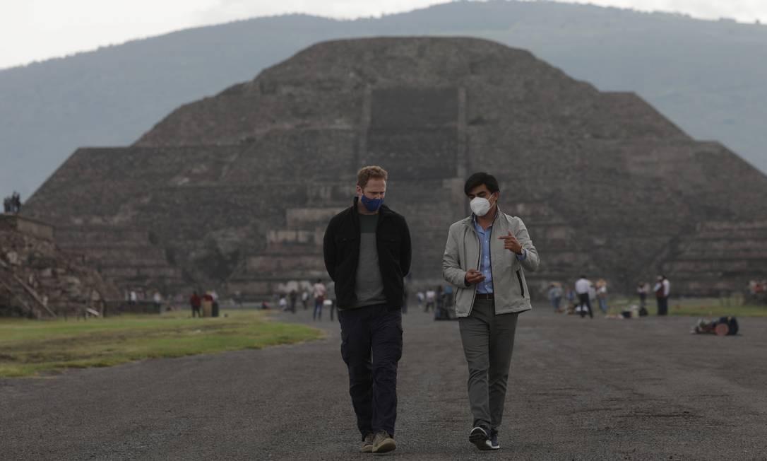 Visitantes caminham usando máscaras de proteção durante a reabertura das antigas ruínas de Teotihuacán. Capacidade da zona arqueológica foi limitada a 3 mil visitantes por dia Foto: HENRY ROMERO / REUTERS