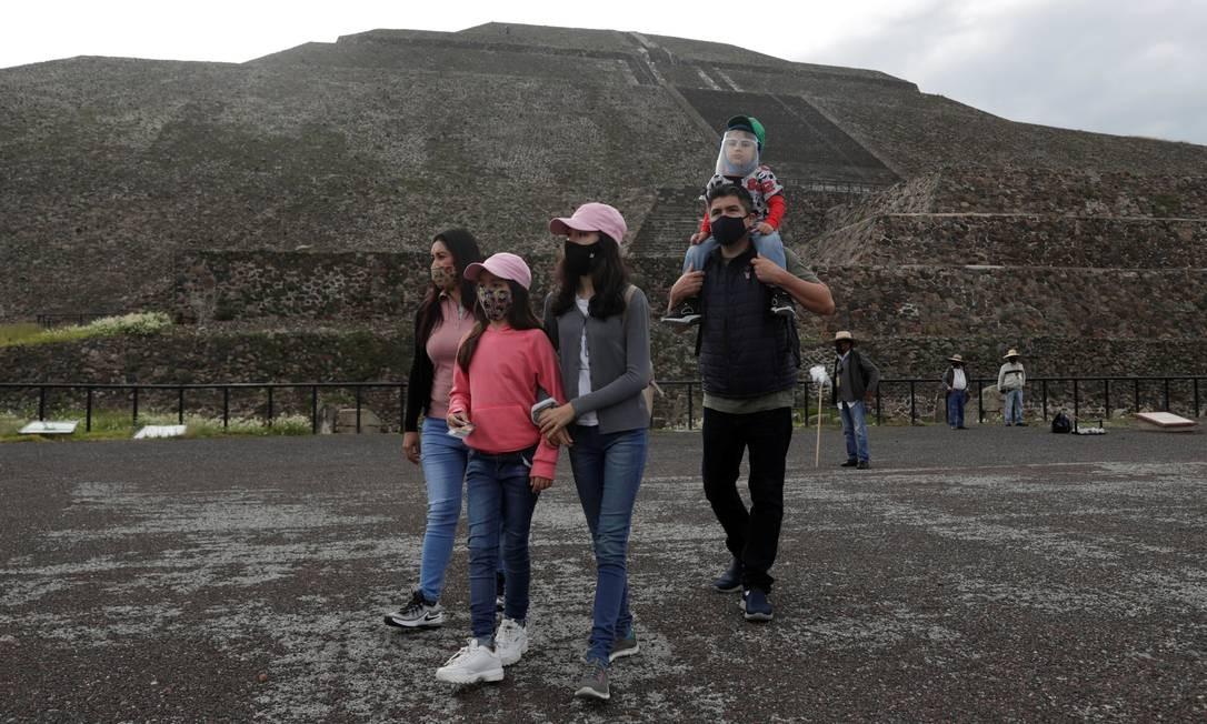 Alguns turistas passearam pela manhã ao longo da rua principal da cidade antiga, a chamada Calzada de los Muertos Foto: HENRY ROMERO / REUTERS