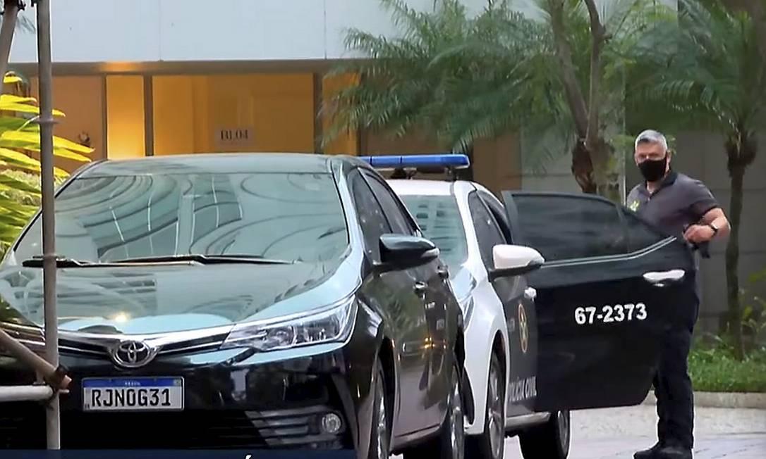 Polícia Civil na casa de Pedro Fernandes nesta sexta-feira de manhã: mandados de prisão e busca e apreensão Foto: Reprodução / TV Globo