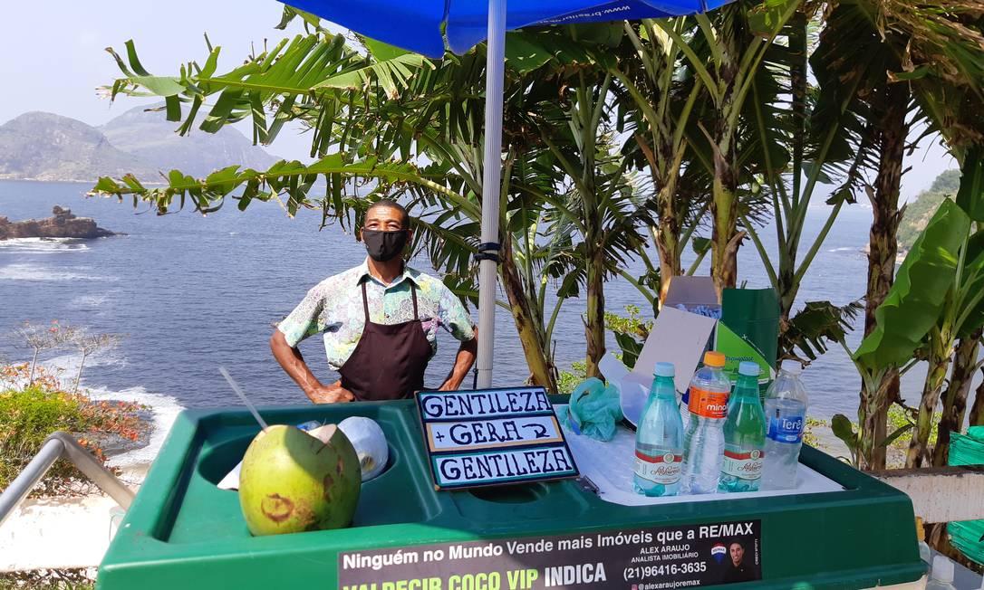 Trabalho. Valdecir posa atrás de sua barraquinha na Boa Viagem: vendedor de coco, que faz ponto ali há 24 anos, inspirou projeto Foto: /