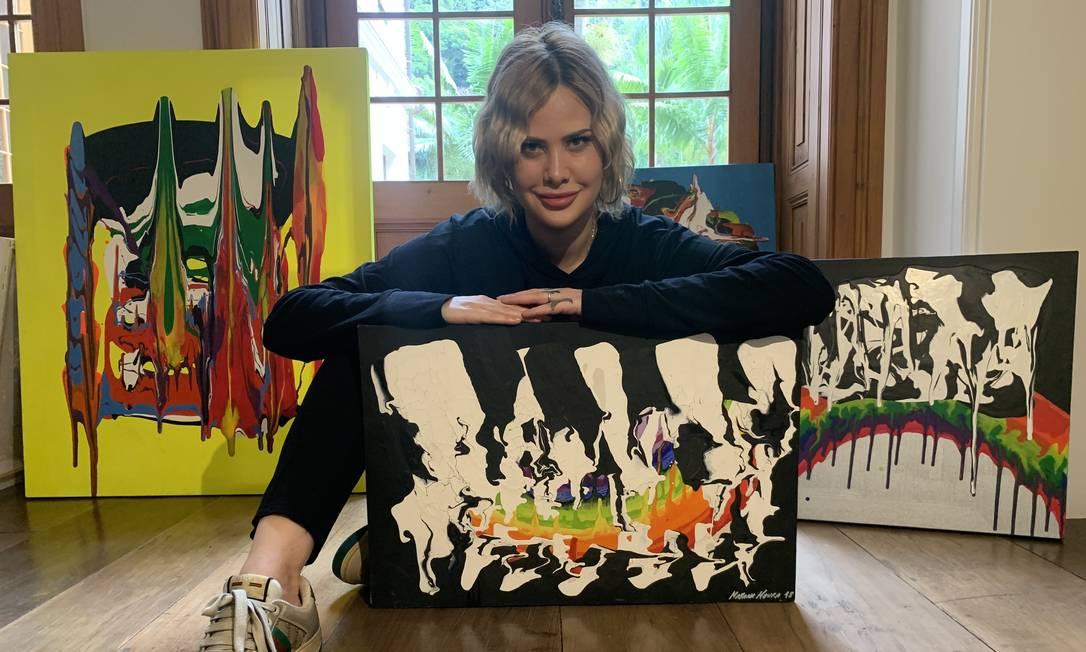 Inspirada em Pollock. Mayana Moura já pintou mais de 30 telas e pretende fazer exposição Foto: Divulgação