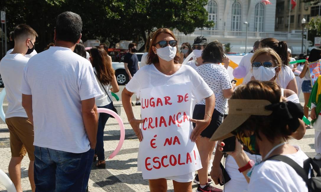 Manifestante defende volta dos alunos Foto: Fábio Rossi / Agência O Globo