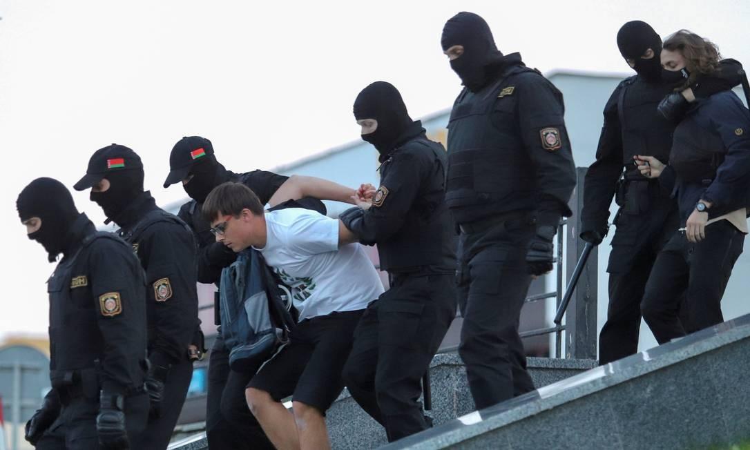Policiais prendem manifestantes durante uma manifestação contra a brutalidade policial após protestos para rejeitar os resultados das eleições presidenciais em Minsk Foto: STRIINGER / REUTERS