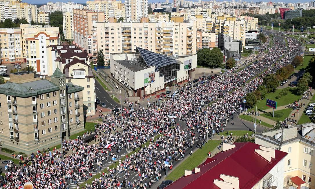 Cerca de 100 mil manifestantes lotaram o centro de Minsk, na véspera de encontro do líder bielorrusso com Putin Foto: - / AFP