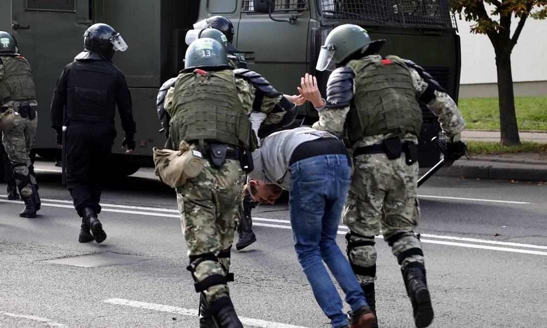 Um manifestante é detido por policiais durante protesto nas ruas de Minsk Foto: - / AFP