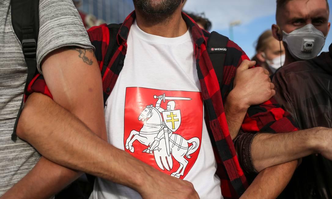 """Manifestantes participam da """"Marcha dos heróis"""" na capital da Bielorrússia, neste domingo Foto: TUT.BY / via REUTERS"""