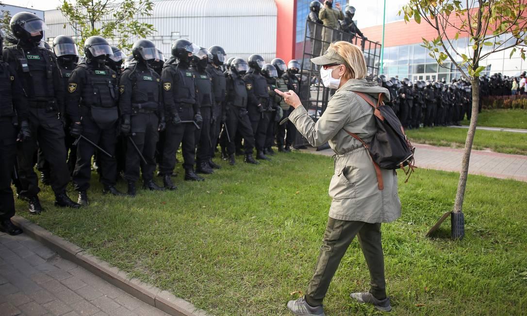 Manifestante fala com policiais durante a manifestação deste domingo, que reuniu cerca de cem mil pessoas no centro de Minsk para protestar contra a brutalidade policial Foto: TUT.BY / via REUTERS