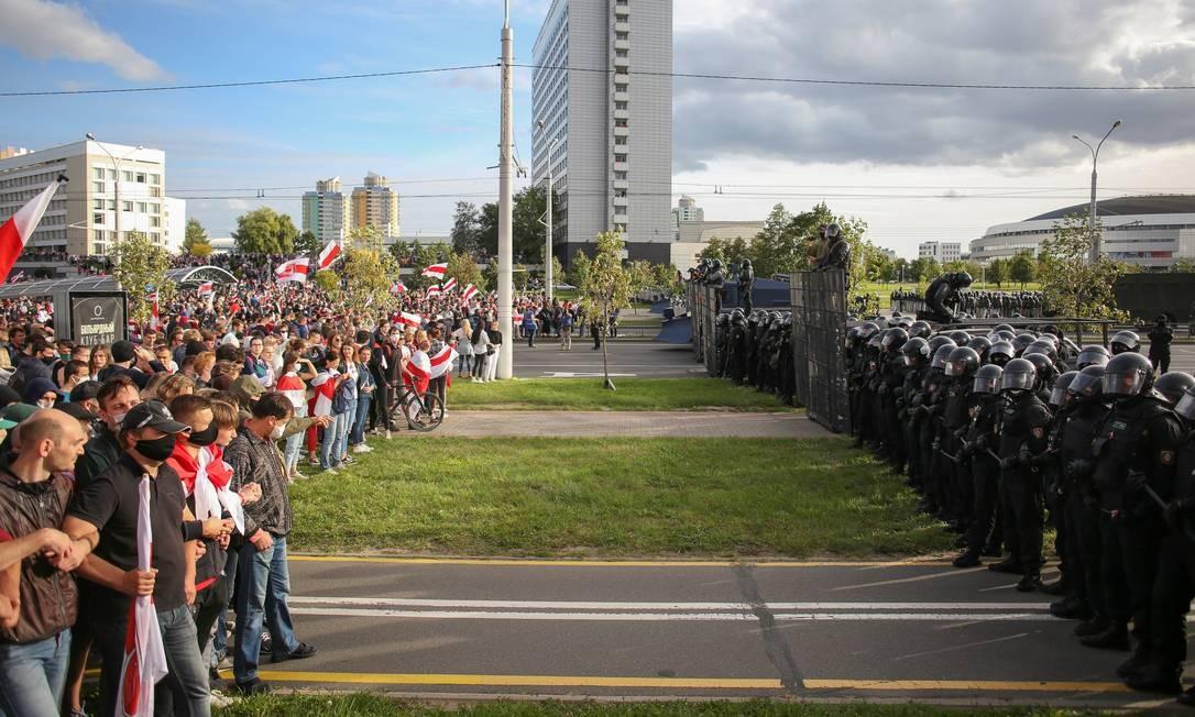 Em Minsk, policiais formam bloqueio diante de manifestantes que exigem a renúncia do presidente da Bielorrússia, Alexander Lukashenko. Ao menos 400 pessoas foram presas neste domingo durante um dos maiores protestos contra o mandatário do país desde as polêmicas eleições presidenciais de 9 de agosto Foto: TUT.BY / via REUTERS