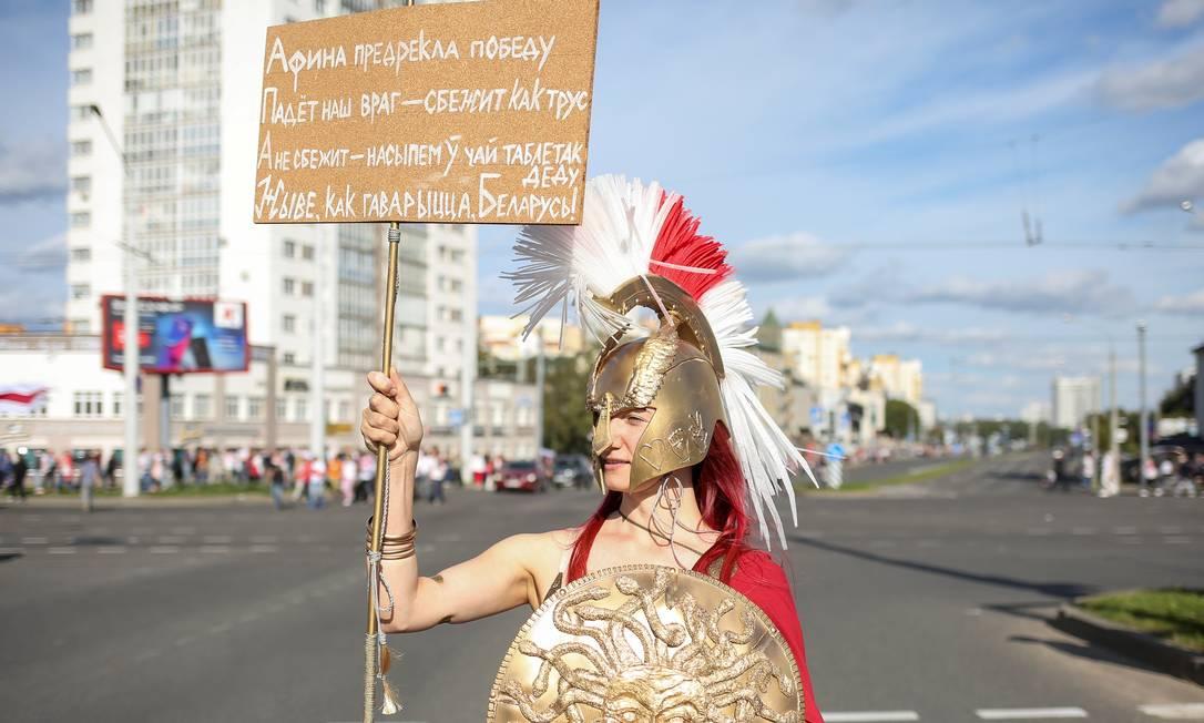 Manifestante usando fantasia participa de manifestação contra a brutalidade policial em Minsk Foto: TUT.BY / via REUTERS