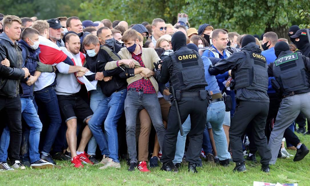 Policiais prendem manifestantes durante protesto neste domingo. Mais de 7 mil pessoas já foram presas no país desde o início do movimento, no início de agosto Foto: - / AFP
