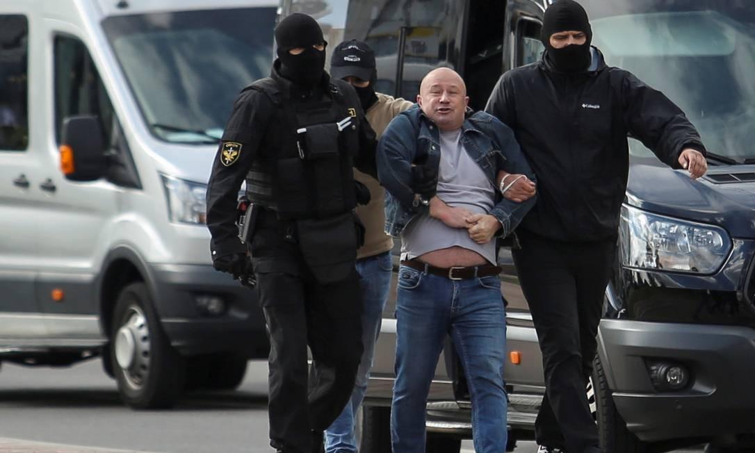 Policiais prendem um manifestante durante o protesto Foto: TUT.BY / via REUTERS
