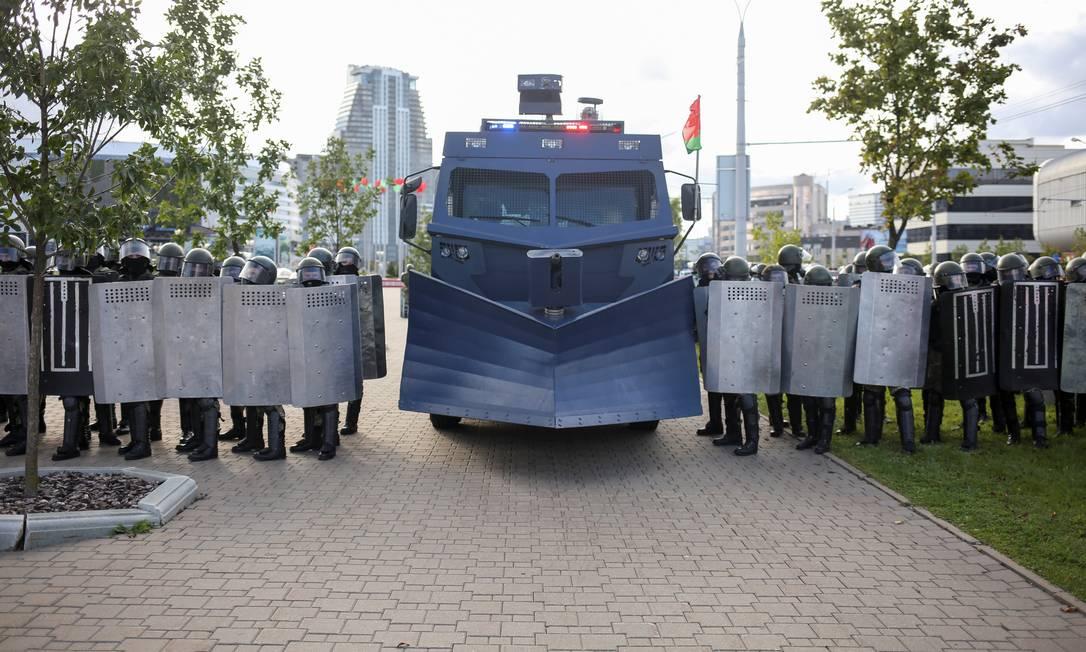 Manifestantes enfrentaram mais uma vez um grande dispositivo das forças de segurança, armadas e equipadas com veículos blindados e caminhões que lançavam jatos d'água contra a multidão Foto: TUT.BY / via REUTERS