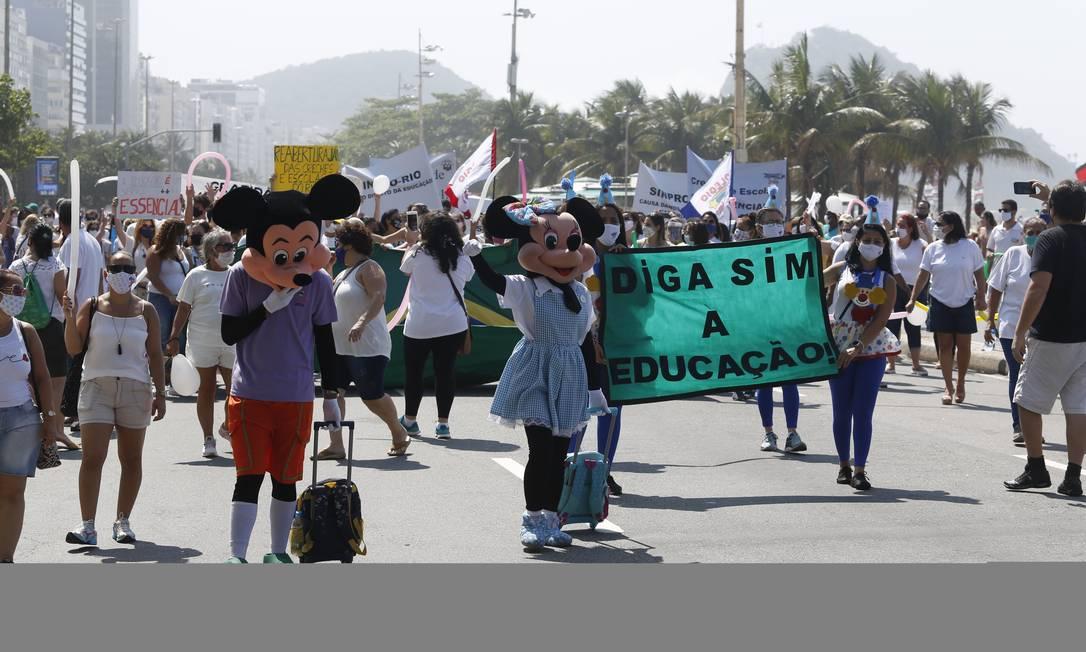 Protesto pela volta às aulas de representantes de escolas e creches particulares na orla de Copacabana em 12 de setembro Foto: Fabio Rossi / Agência O Globo