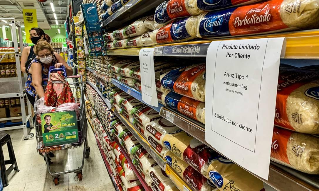 Supermercados começam a limitar a venda de arroz por consumidor. O produto já subiu quase 20% este ano Foto: Brenno Carvalho