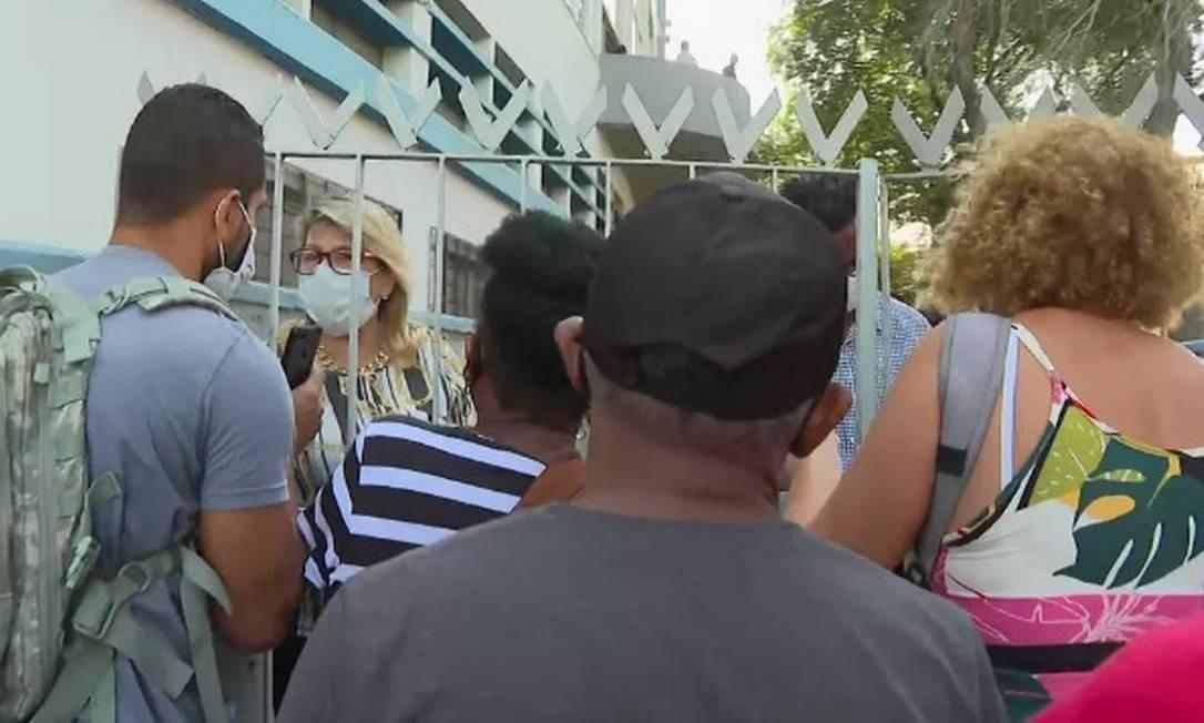 A agência da Praça da Bandeira, uma das maiores do Rio, só abriu pouco depois das 8h Foto: Reprodução TV Globo
