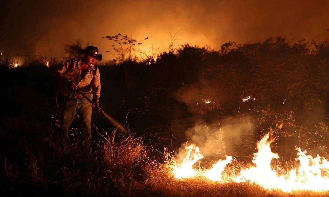 Funcionário de um fazenda tenta apagar um incêndio na propriedade em que trabalha no Pantanal, em Pocone, Mato Grosso Foto: AMANDA PEROBELLI / REUTERS - 26/008/2020